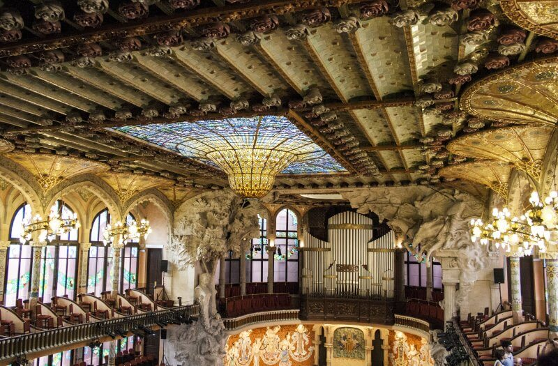 Скульптуры и барельефы во дворце каталонской музыки
