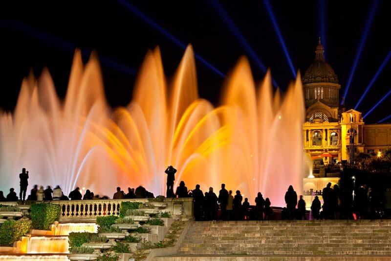 Зрители около магического фонтана