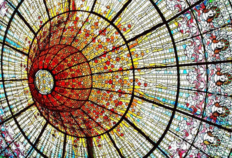 Витражный потолок во дворце каталонской музыки