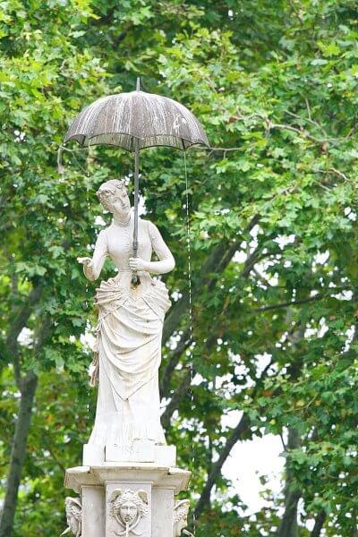 Статуя «Леди с зонтиком»