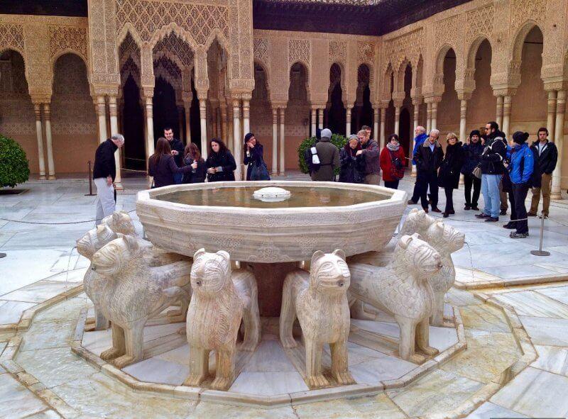 Туристы в Альгамбре