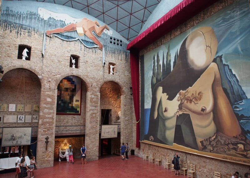 Зал театра-музея Сальвадора Дали
