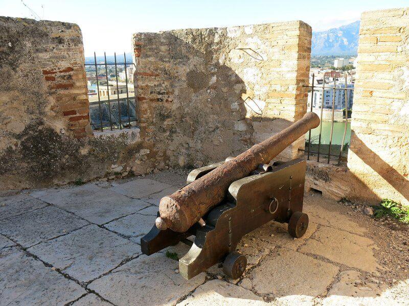 Пушка около замка Суда