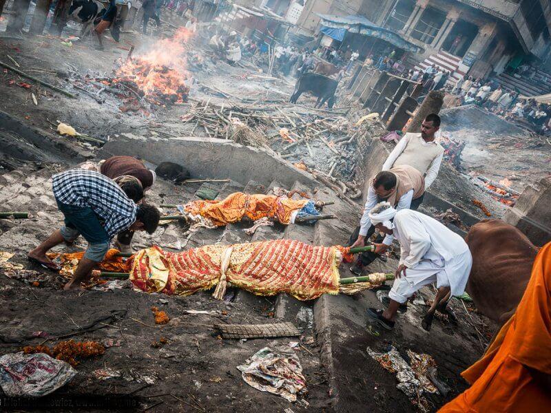 Работники крематория с трупом