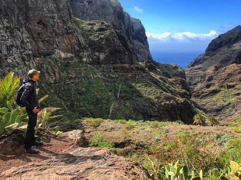 Турист около скал Лос Гигантес