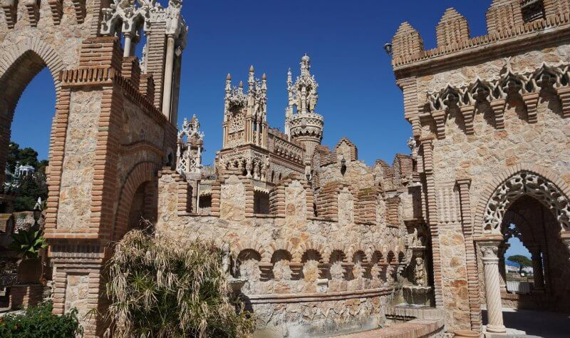 Территория замка Коломарес