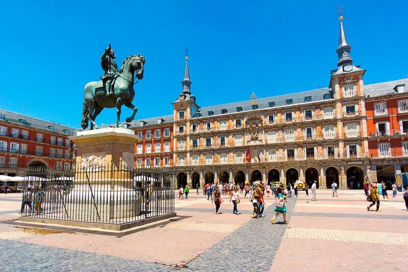 Скульптура на главной площади Мадрида