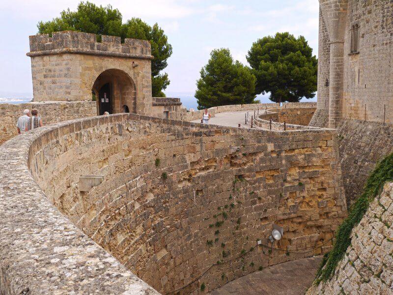 Каменные стены замка Бельвер