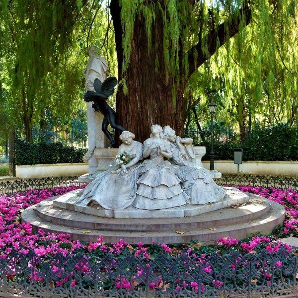 Скульптура в парке Марии-Луизы