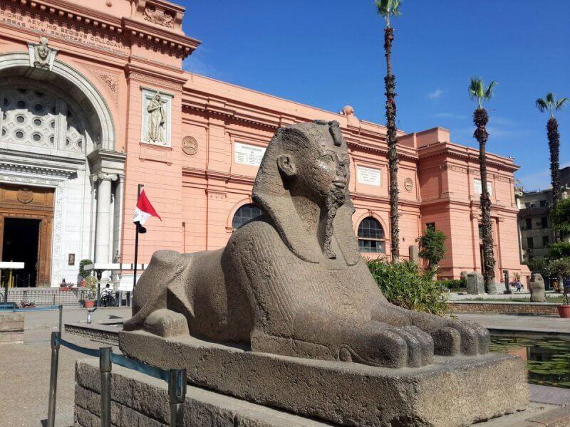 Статуя около Каирского музея