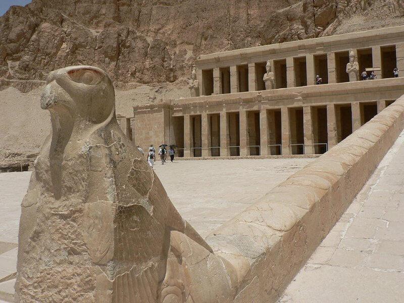 Статуя у входа в Храм Хатшепсут