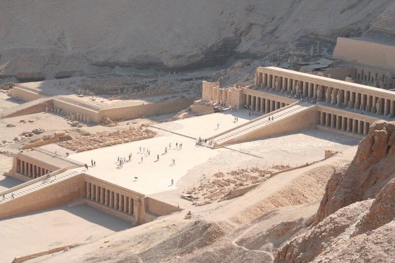 Вид сверху на храм Хатшепсут