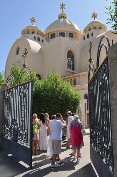 Туристы в Коптской церкви