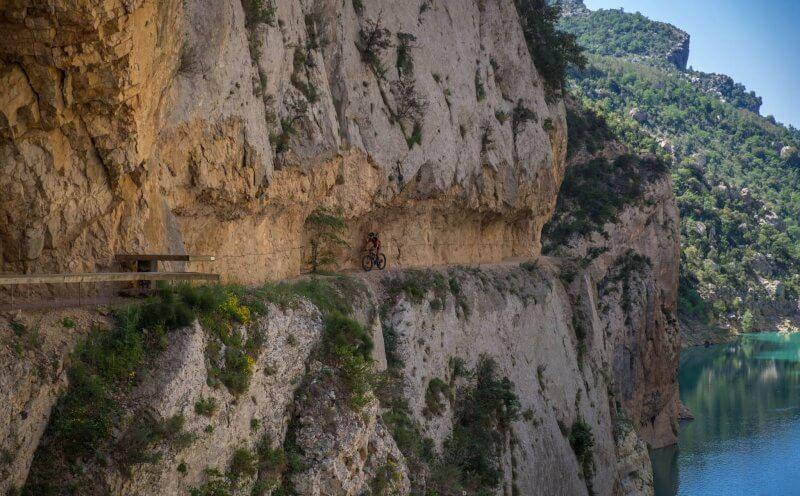 Дорога вдоль ущелья Монт Ребей