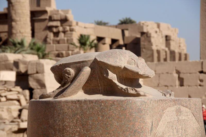 Статуя скарабея у Священного водоёма