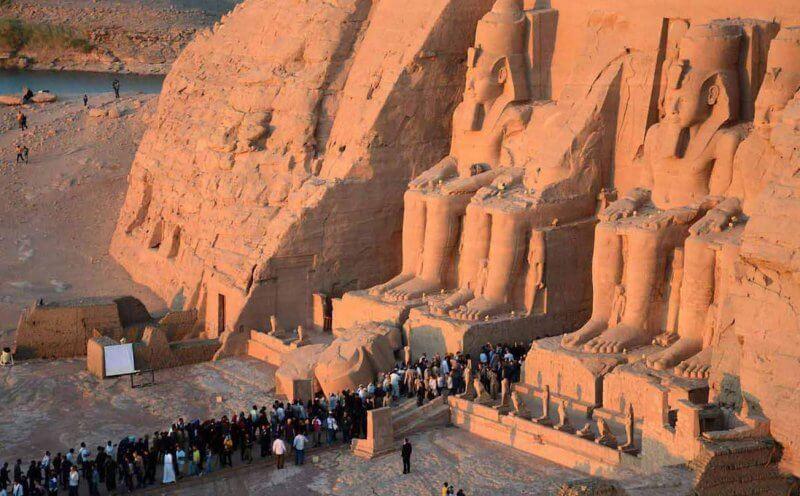 Туристы у входа в храм Абу-Симбел