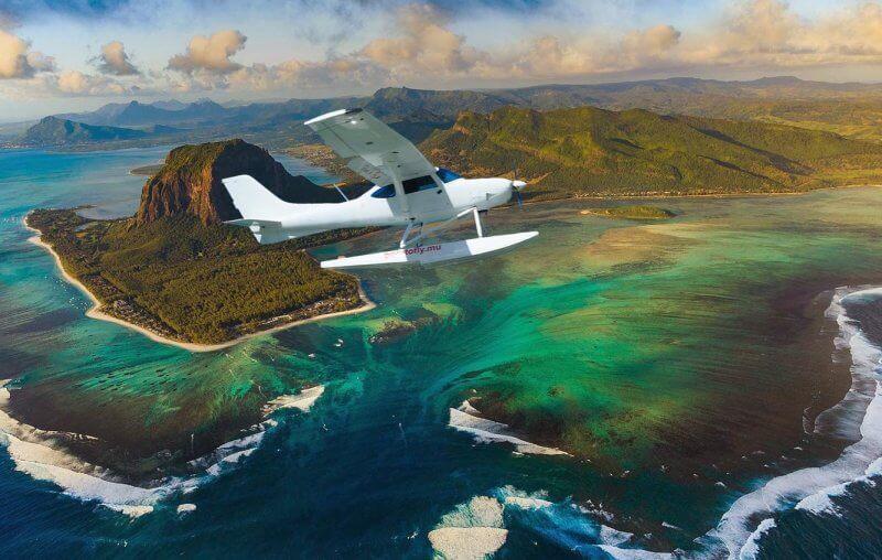 Самолет на фоне горы и подводного водопада