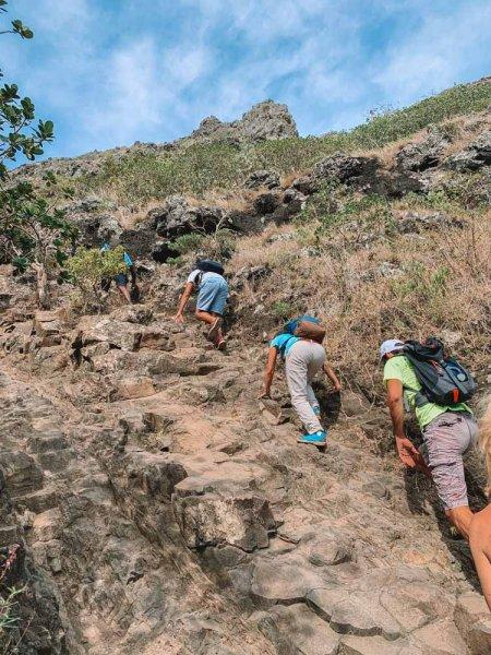 Туристы восходят на гору Ле-Морн-Брабан